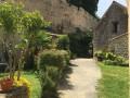Au pied du château de Montfort