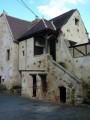 Maison avec perron du XVIIe siècle.